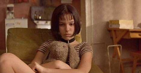 Nathalie Portman, henüz 13 yaşındayken hem de Jean Reno gibi bir aktörün karşısında kelimenin tam anlamıyla ezilmeden oynadı. Onu sinema dünyasına Leon adlı film kazandırdı. Kariyerini başarıyla sürdürüyor.